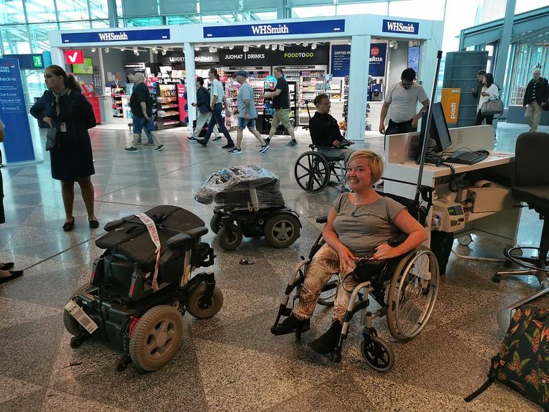 Sähköpyörätuoli pakattuna lennolle