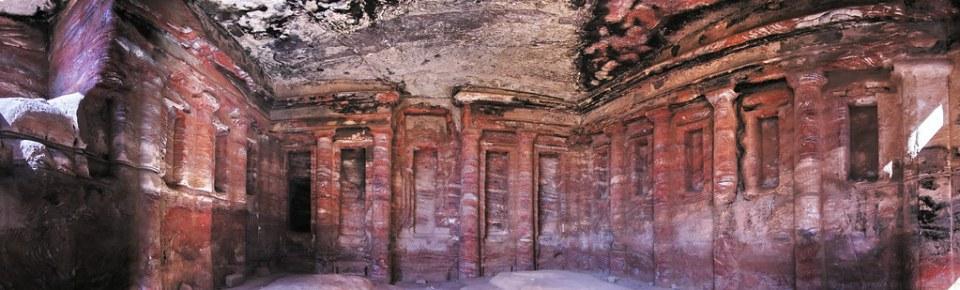 sala interior del Gran templo Triclinio Jardin Gartendal zona superior del Wadi Farasa oriental Petra Jordania 12