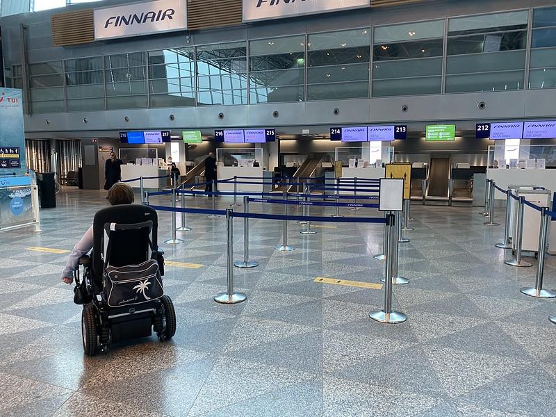 Sähköpyörätuolilla Finnairin lähtöselvitykseen