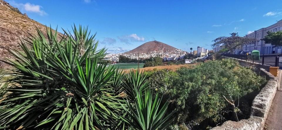 Vista de Santa Maria de Guia y cono volcánico de montaña de Gáldar Gran Canaria 01