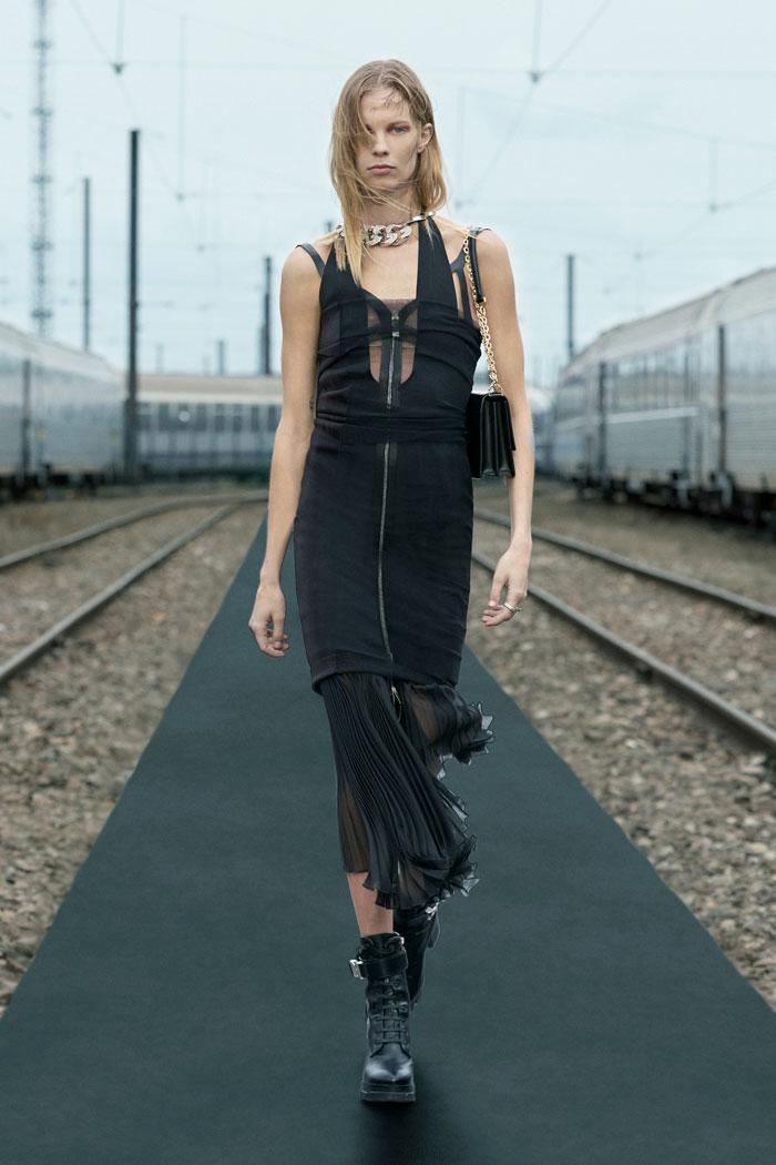 7-Givenchy-Resort-2022-runway