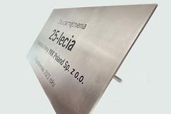 tablica ze stali nierdzewnej grawerowana głęboko, bolce montażowe do kamienia