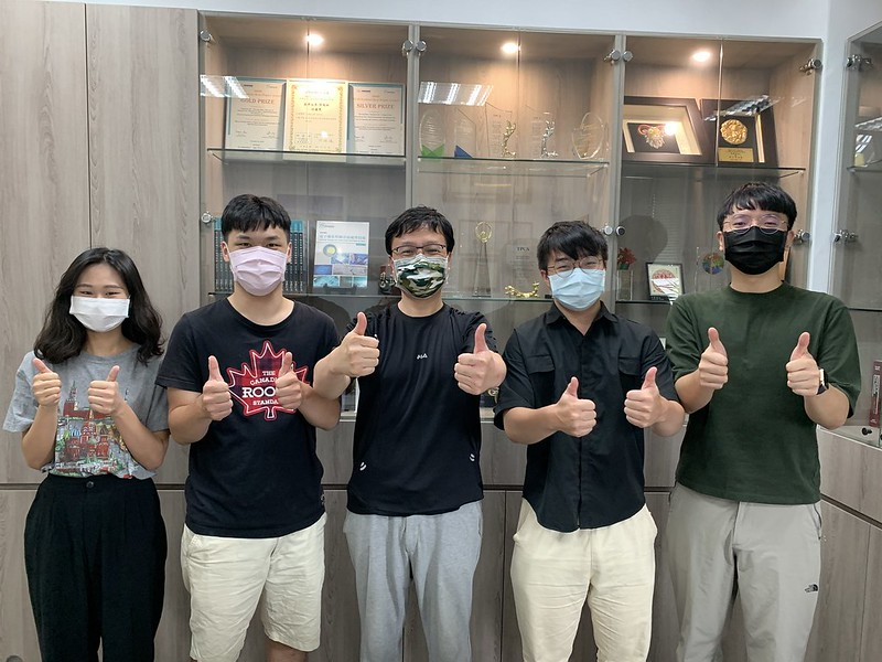 何政恩教授團隊-陳昱璉、林鈺銘、何政恩教授、張舜誠、李承宇 (由左至右) (1)