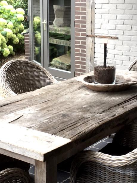 Landelijke tuinset rotan stoelen houten schaal met glazen windlicht