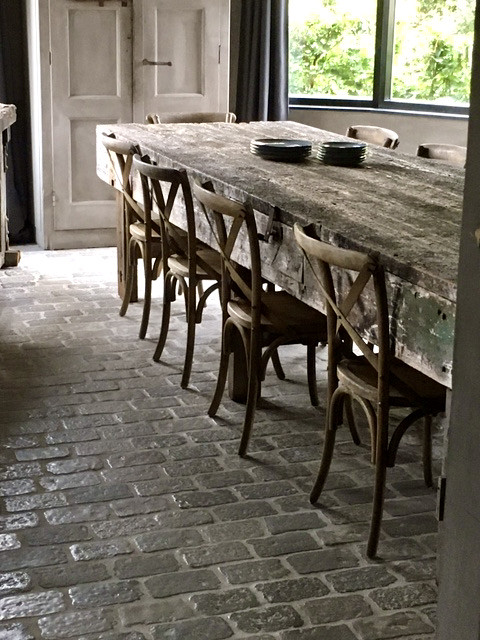 RAW Stones vloer eetkamer houten eettafel met houten eetkamerstoelen