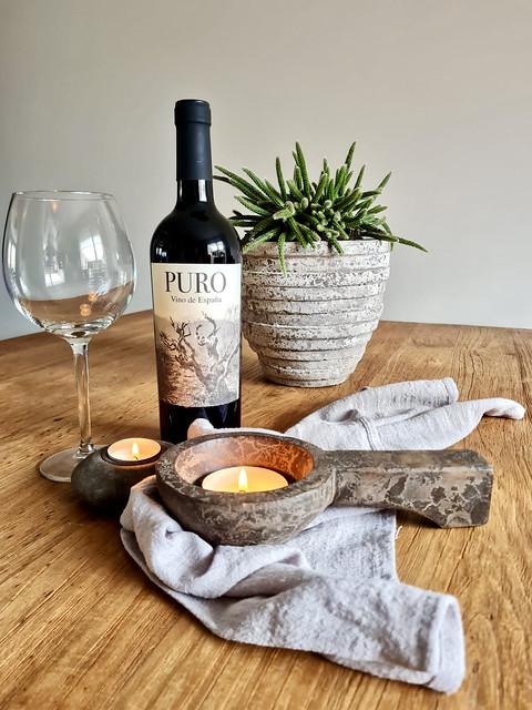 Puro wijn vetplant in pot linnen doek houten lepel met waxinelichtje