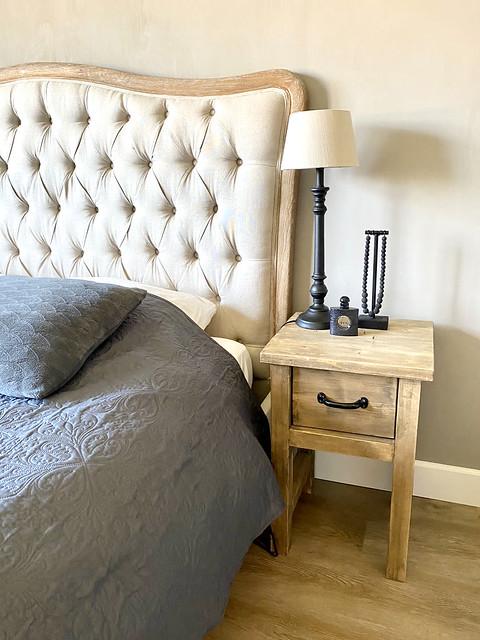 Gecapitonneerd klassiek hoofdbord bed houten nachtkastje met tafellampje ketting op stander