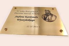tablica z emblematem popiersiem Kardynała Wyszyńskiego