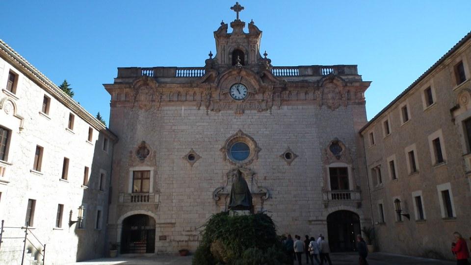 fachada exterior Basilica menor Santuario de Lluc Escorca Mallorca 02