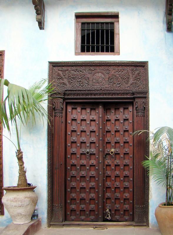 puerta de madera tallada de casa estilo India Stone Town isla Zanzíbar Tanzania 04