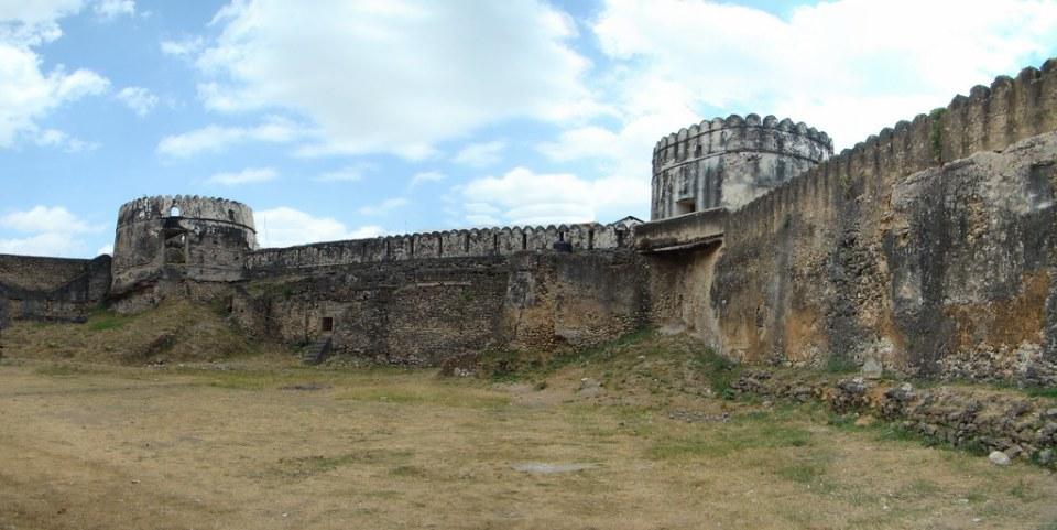 muralla torres del antiguo Fuerte de Omán Stone Town isla Zanzibar Tanzania 02