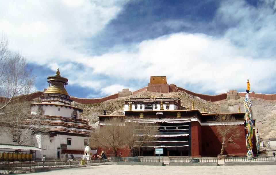 muralla fortificacion Dzong Gyantse monte Dzongri  exterior Monasterio budista Palcho, Pelkor Chode, Shekar Gyantse Tíbet China 03