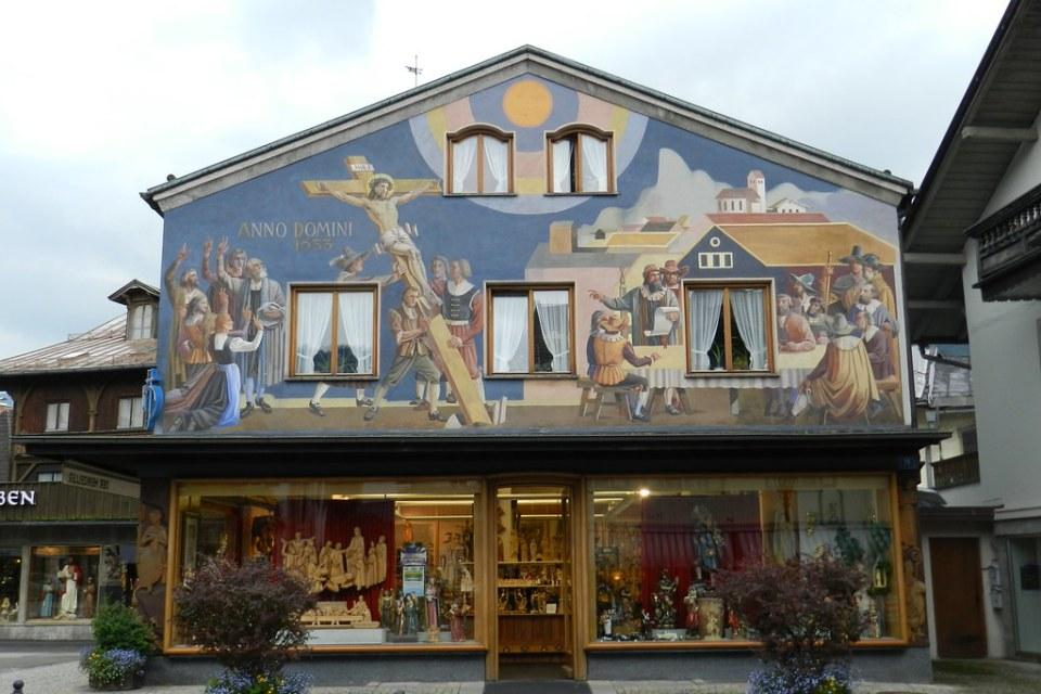 Casa con fachada pintura mural Lüftlmalerei Cristo en la Cruz  en calle Dorfstraße 18 Oberammergau Baviera Alemania 03