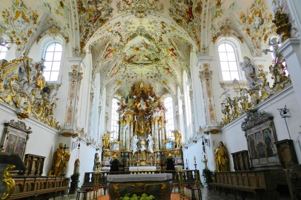 Altar mayor, nave central y bóveda interior Iglesia de la Natividad de Maria antiguo monasterio de agustinos de Rottenbuch Baviera Alemania 14