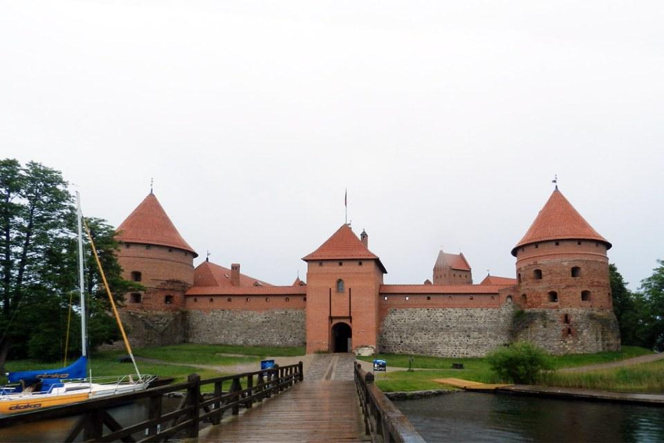 puente muralla y entrada al Castillo de la Isla en Trakai Lituania 04