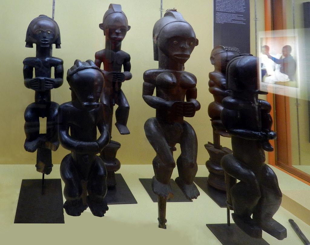 Escultura Objetos rituales figura Byeri antropomorfa madera tallada año 1900 Guinea Ecuatorial Africa Museo Nacional de Antropologia Madrid 02