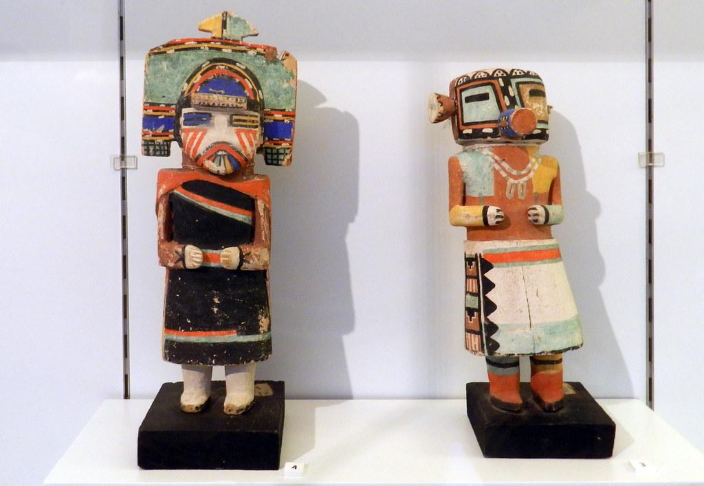 Muñecas Kachina de madera de álamo cultura Hopi objetos rituales Arizona America del Norte Museo Nacional de Antropologia Madrid 12