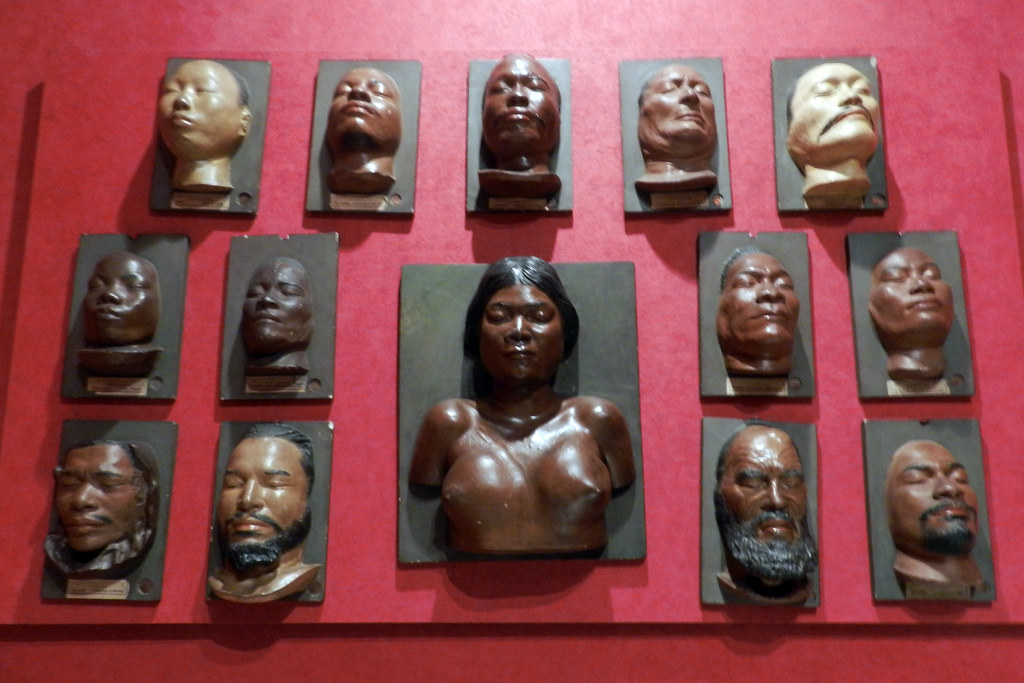 Raza humana Objetos funerarios Mascaras de yeso tecnica del vaciado Policromado Museo Nacional de Antropologia Madrid 04