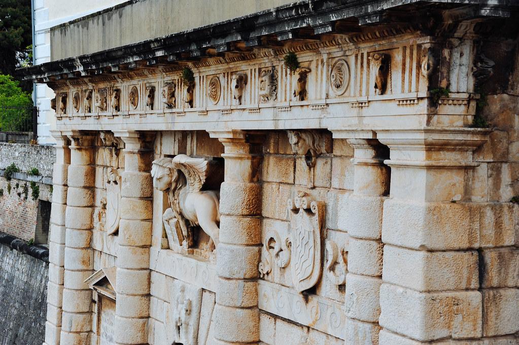城門屬於文藝復興風格的建築,是1543年威尼斯統治時期打造的。門上是一頭展翅的聖馬可石獅子,是威尼斯的 ...
