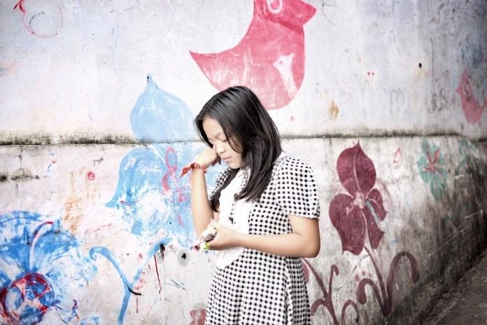 A sad little girl #littlegirl #sadlittlegirl #streetphotography #captureonstreet #terfujilah #fujifilm #braga #bragabandung