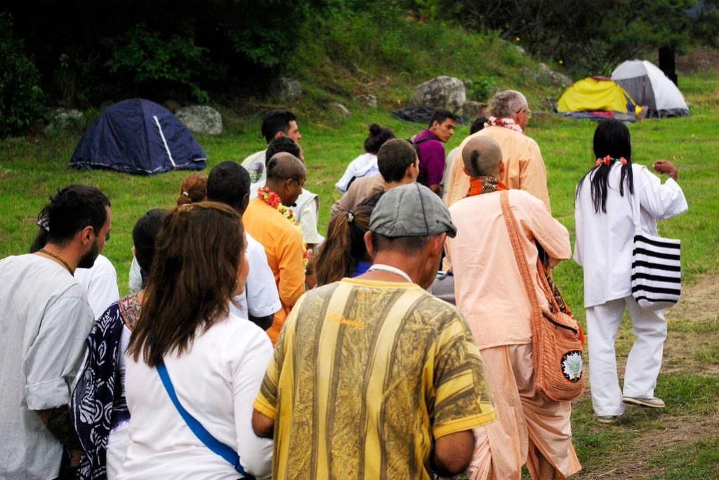 Paramadwaiti Swami y Lwntana Nakoggi rumbo a la casa de reposo