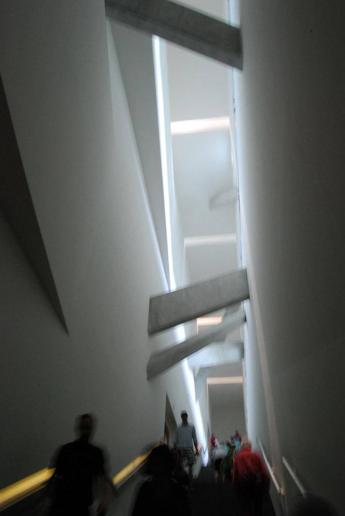 猶太博物館Jüdisches Museum Berlin | 狹長樓梯上斜插的橫樑和歪斜的光線是不滿情緒控訴 | Flickr