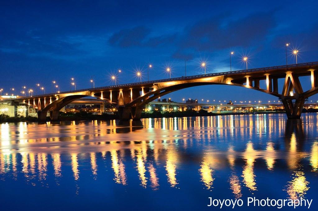 迷人藍調 臺北萬板大橋 | 萬板大橋的雷射光雕超級迷人,每一種顏色都有! 但是缺點就是顏色變換太快,每種 ...