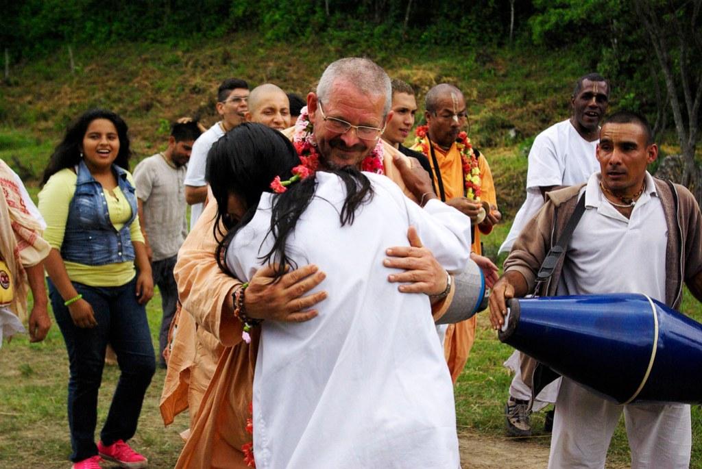 Abrazo indigena-Hare Krishna