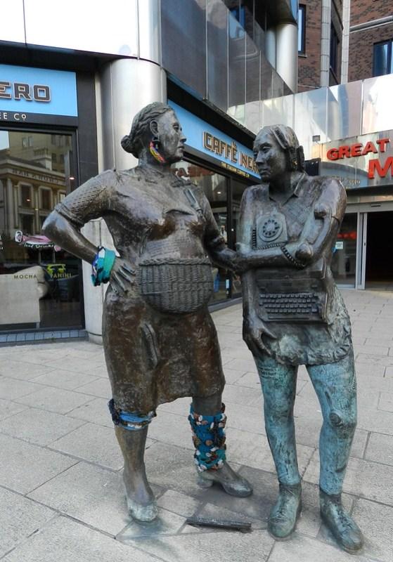 Monumento a la mujer trabajadora desconocida 1992 escultor Louise Walsh Belfast Irlanda del Norte 03