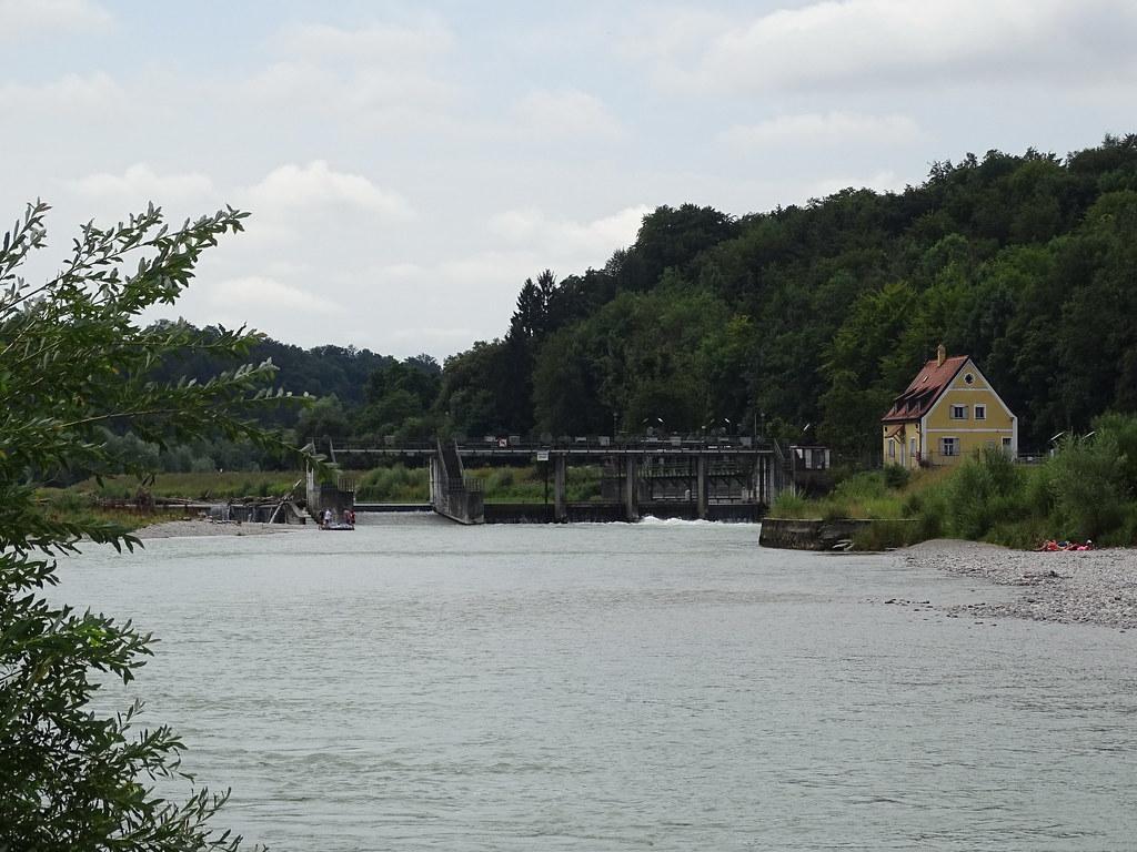 salto de agua energia central hidroelectrico rio Isar sendero de Munich a Höllriegelsreuth Baviera Alemania 04