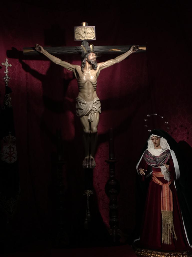 María de la Esperanza junto al Stmo. Cristo de la Expiración.