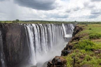 Het water valt 108 meter naar beneden, twee keer zo hoog als de Niagara Watervallen.
