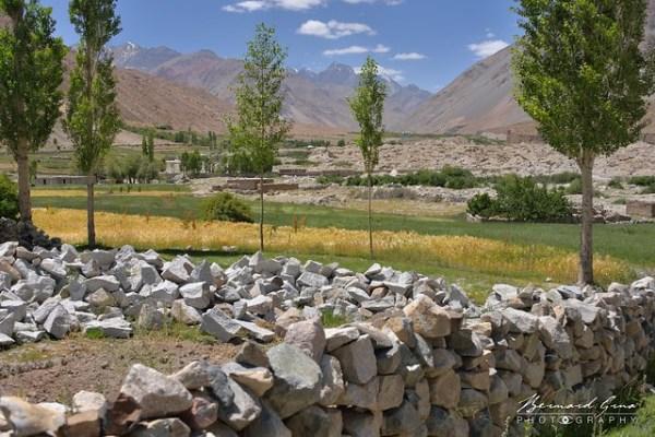 Muret de pierre sèche, champs et chaos de rochers, Zood Khun, Vallée Chapursan © Bernard Grua