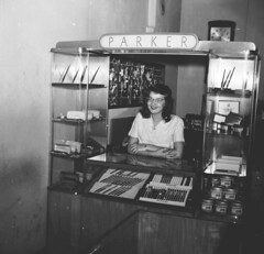 DARLPICT-Wells Jewelers Ross Betsy  1947 002