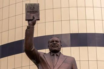 Voor dat museum staat, wederom, een beeld uit Noord-Korea van Sam Nujoma. De leider van de onafhankelijkheidsstrijd (1966-1989) en eerste president.