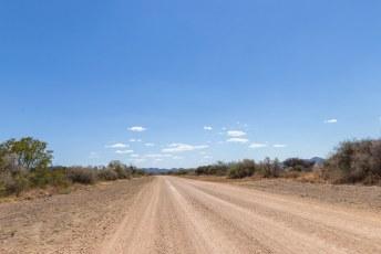 We reden weer verder over de eindeloze gravelwegen in het enorme land.