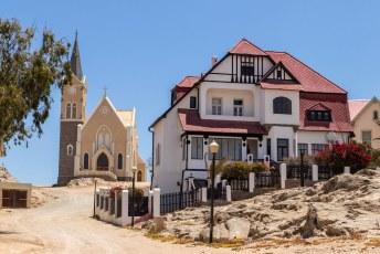 Ook in deze stad is de Duitsche  invloed goed zichtbaar. Links de Felsenkirche.