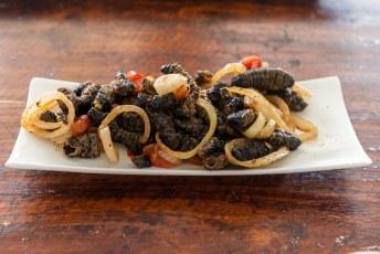In het restaurant zelf serveren ze gefrituurde Mopaniewormen.