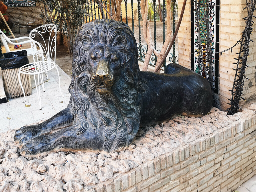 Tozeur escultura leones jardin exterior Museo Dar Cherait Etnografico Tunez 01