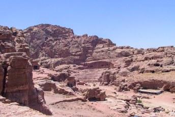 Het amfitheater, dat net als alle andere 'gebouwen' uit de rotswanden is gehakt.