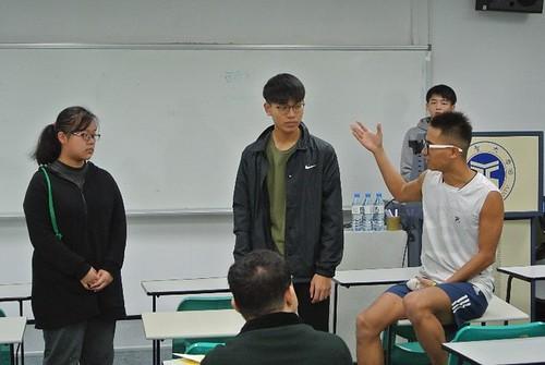 講者透過假設情境引領學生理解演講內容