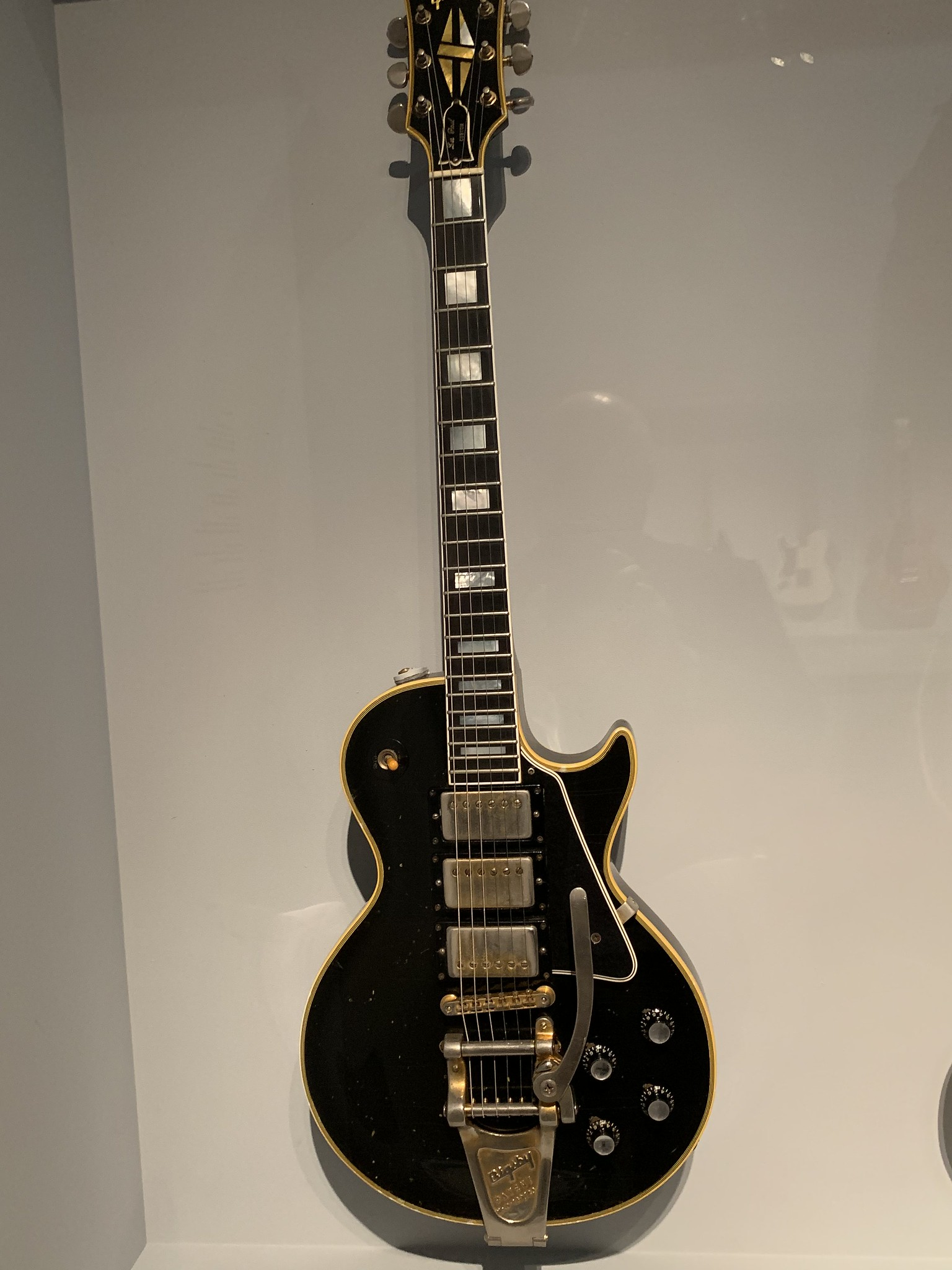 Jimmy Page S Guitars : here are the first photos of jimmy page 39 s returned 39 black beauty 39 guitar which was stolen in ~ Russianpoet.info Haus und Dekorationen