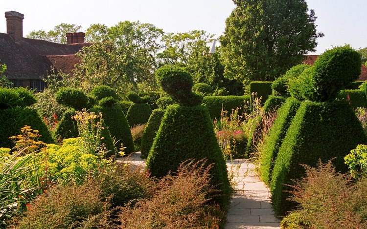Great Dixter Gardens, Sussex, Great Britain (22 of 23) | Traditional topiary in this English garden