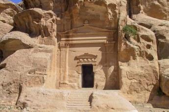 Ook in klein Petra bekeken we de vele in de rotsen uitgehakte grafkamers.....