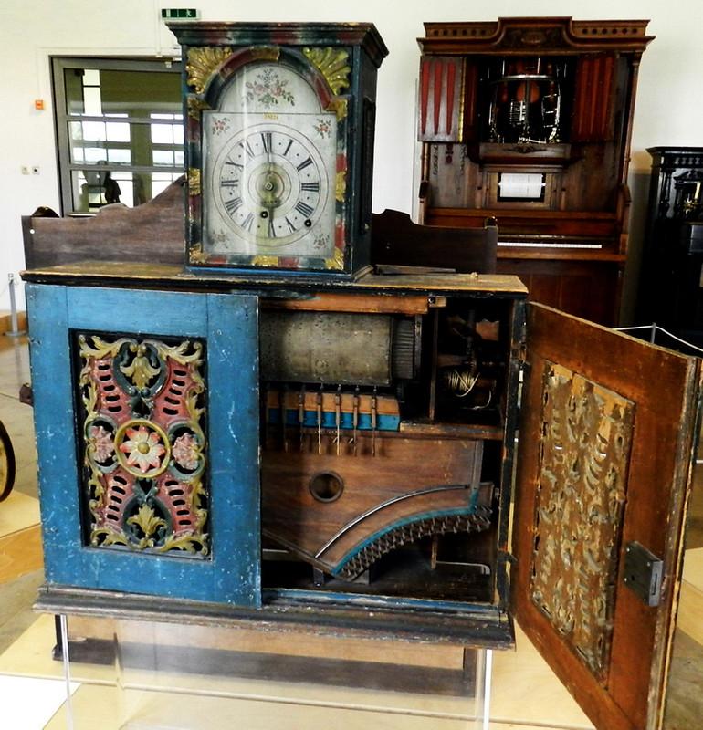 mueble caja mecánica de música de rollo con reloj instrumentos musicales Museo Alemán de Múnich Alemania 05