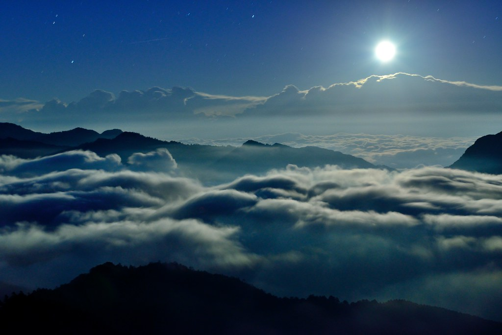 月光雲海 Moonlight and clouds @合歡山 | 親眼看到真的很感動.. Copyright © Vin… | Flickr