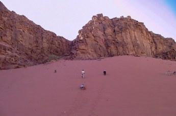 Drie reisgenoten deden een wedstrijdje wie het eerst bovenaan deze helling met mul zand kon komen. Dat viel vies tegen.