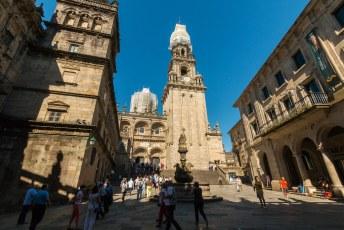 De beroemde kathedraal van Santiago. Je ziet hier de Torre da Berenguela vanaf de Praza de Praterias.
