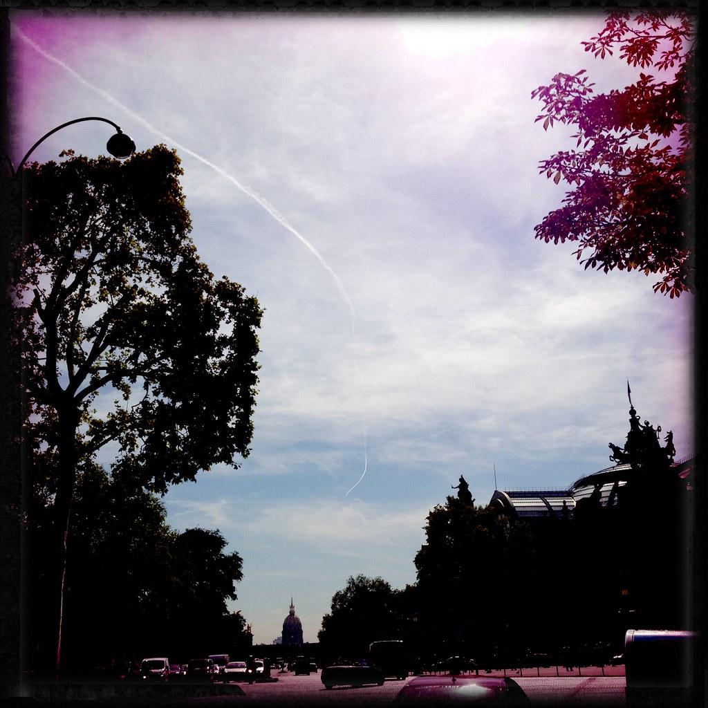巴黎的飛機飛的好有自己的屎代兒,可以用亂飛來形容~天空總是時不時的有一堆飛機線在畫畫~~ | JU | Flickr