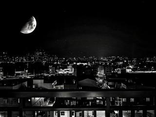 [天上的月娘] 夏夜徐徐微風吹彿 倚著欄桿微抬著頭 哎呀乎有龐然大物 #陽臺好朋友 #今兒個月亮好近 | Flickr